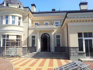 viesu māja ar atvērtām durvīm