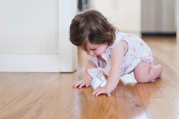 bērns uz grīdas
