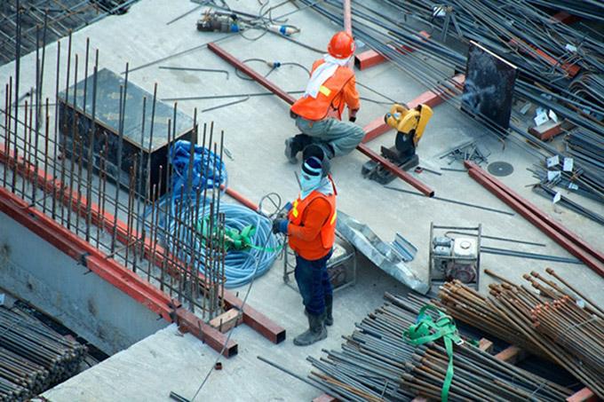 strādnieki strādā